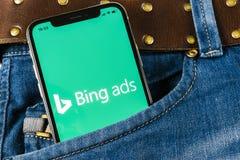 Εικονίδιο εφαρμογής Bing στο iPhone Χ της Apple κινηματογράφηση σε πρώτο πλάνο οθόνης στην τσέπη τζιν App αγγελιών Bing εικονίδιο Στοκ Φωτογραφία