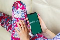 Εικονίδιο εφαρμογής Bing στο iPhone Χ της Apple κινηματογράφηση σε πρώτο πλάνο οθόνης στα χέρια γυναικών App αγγελιών Bing εικονί Στοκ Φωτογραφίες