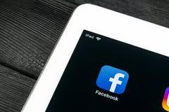 Εικονίδιο εφαρμογής Facebook κινηματογράφηση σε πρώτο πλάνο οθόνης smartphone της Apple iPad στην υπέρ App Facebook εικονίδιο Κοι Στοκ Φωτογραφία