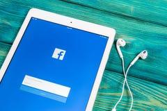 Εικονίδιο εφαρμογής Facebook στην κινηματογράφηση σε πρώτο πλάνο οθόνης smartphone της Apple iPad App Facebook εικονίδιο Κοινωνικ Στοκ Εικόνες