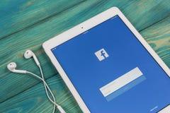 Εικονίδιο εφαρμογής Facebook στην κινηματογράφηση σε πρώτο πλάνο οθόνης smartphone της Apple iPad App Facebook εικονίδιο Κοινωνικ Στοκ φωτογραφία με δικαίωμα ελεύθερης χρήσης
