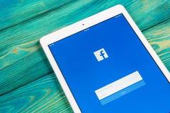 Εικονίδιο εφαρμογής Facebook στην κινηματογράφηση σε πρώτο πλάνο οθόνης smartphone της Apple iPad App Facebook εικονίδιο Κοινωνικ Στοκ φωτογραφίες με δικαίωμα ελεύθερης χρήσης
