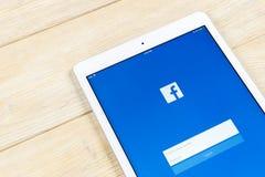 Εικονίδιο εφαρμογής Facebook στην κινηματογράφηση σε πρώτο πλάνο οθόνης smartphone της Apple iPad App Facebook εικονίδιο Κοινωνικ Στοκ Εικόνα