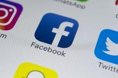 Εικονίδιο εφαρμογής Facebook στο iPhone 8 της Apple κινηματογράφηση σε πρώτο πλάνο οθόνης smartphone App Facebook εικονίδιο Το Fa Στοκ Εικόνες