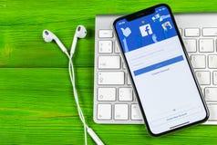 Εικονίδιο εφαρμογής Facebook στο iPhone Χ της Apple κινηματογράφηση σε πρώτο πλάνο οθόνης smartphone App Facebook εικονίδιο Κοινω Στοκ Εικόνα