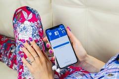 Εικονίδιο εφαρμογής Facebook στο iPhone Χ της Apple κινηματογράφηση σε πρώτο πλάνο οθόνης smartphone στα χέρια γυναικών App Faceb Στοκ φωτογραφία με δικαίωμα ελεύθερης χρήσης