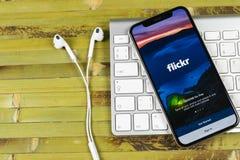 Εικονίδιο εφαρμογής Flickr στο iPhone Χ της Apple κινηματογράφηση σε πρώτο πλάνο οθόνης smartphone App Flickr εικονίδιο Κοινωνικό Στοκ εικόνες με δικαίωμα ελεύθερης χρήσης