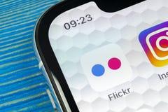 Εικονίδιο εφαρμογής Flickr στο iPhone Χ της Apple κινηματογράφηση σε πρώτο πλάνο οθόνης smartphone App Flickr εικονίδιο Κοινωνικό Στοκ Εικόνα