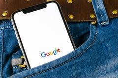 Εικονίδιο εφαρμογής Google στο iPhone Χ της Apple κινηματογράφηση σε πρώτο πλάνο οθόνης smartphone στην τσέπη τζιν App Google εικ Στοκ Εικόνες