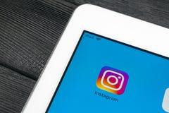 Εικονίδιο εφαρμογής Instagram κινηματογράφηση σε πρώτο πλάνο οθόνης smartphone της Apple iPad στην υπέρ App Instagram εικονίδιο Κ Στοκ εικόνες με δικαίωμα ελεύθερης χρήσης