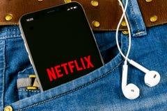Εικονίδιο εφαρμογής Netflix στο iPhone Χ της Apple κινηματογράφηση σε πρώτο πλάνο οθόνης στην τσέπη τζιν App Netflix εικονίδιο Εφ Στοκ Εικόνες