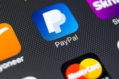 Εικονίδιο εφαρμογής PayPal στο iPhone 8 της Apple κινηματογράφηση σε πρώτο πλάνο οθόνης smartphone App PayPal εικονίδιο Το PayPal Στοκ Εικόνα
