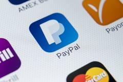Εικονίδιο εφαρμογής PayPal στο iPhone Χ της Apple κινηματογράφηση σε πρώτο πλάνο οθόνης smartphone App PayPal εικονίδιο Το PayPal Στοκ εικόνες με δικαίωμα ελεύθερης χρήσης