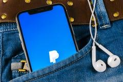 Εικονίδιο εφαρμογής PayPal στο iPhone Χ της Apple κινηματογράφηση σε πρώτο πλάνο οθόνης smartphone στην τσέπη τζιν App PayPal εικ Στοκ εικόνα με δικαίωμα ελεύθερης χρήσης