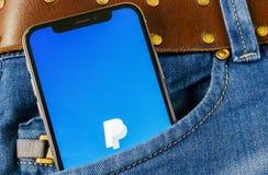 Εικονίδιο εφαρμογής PayPal στο iPhone Χ της Apple κινηματογράφηση σε πρώτο πλάνο οθόνης smartphone στην τσέπη τζιν App PayPal εικ Στοκ φωτογραφία με δικαίωμα ελεύθερης χρήσης