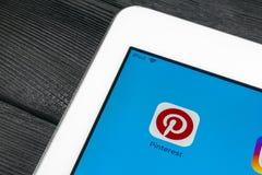 Εικονίδιο εφαρμογής Pinterest οθόνη smartphone της Apple iPad στην υπέρ App Pinterest εικονίδιο Το Pinterest είναι το δημοφιλές κ Στοκ εικόνες με δικαίωμα ελεύθερης χρήσης