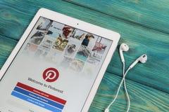 Εικονίδιο εφαρμογής Pinterest στην κινηματογράφηση σε πρώτο πλάνο οθόνης smartphone της Apple iPad App Pinterest εικονίδιο Το Pin Στοκ εικόνα με δικαίωμα ελεύθερης χρήσης