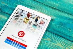 Εικονίδιο εφαρμογής Pinterest στην κινηματογράφηση σε πρώτο πλάνο οθόνης smartphone της Apple iPad App Pinterest εικονίδιο Το Pin Στοκ φωτογραφίες με δικαίωμα ελεύθερης χρήσης