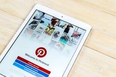 Εικονίδιο εφαρμογής Pinterest στην κινηματογράφηση σε πρώτο πλάνο οθόνης smartphone της Apple iPad App Pinterest εικονίδιο Το Pin Στοκ Φωτογραφίες