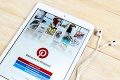 Εικονίδιο εφαρμογής Pinterest στην κινηματογράφηση σε πρώτο πλάνο οθόνης smartphone της Apple iPad App Pinterest εικονίδιο Το Pin Στοκ Εικόνες