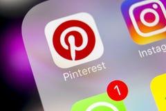 Εικονίδιο εφαρμογής Pinterest στο iPhone 8 της Apple κινηματογράφηση σε πρώτο πλάνο οθόνης smartphone App Pinterest εικονίδιο Το  Στοκ φωτογραφίες με δικαίωμα ελεύθερης χρήσης