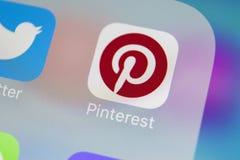 Εικονίδιο εφαρμογής Pinterest στο iPhone 8 της Apple κινηματογράφηση σε πρώτο πλάνο οθόνης smartphone App Pinterest εικονίδιο Το  Στοκ Εικόνα