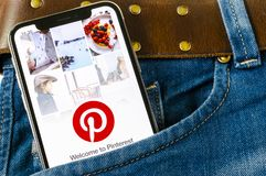 Εικονίδιο εφαρμογής Pinterest στο iPhone Χ της Apple οθόνη smartphone στην τσέπη τζιν App Pinterest εικονίδιο Το Pinterest είναι  Στοκ φωτογραφία με δικαίωμα ελεύθερης χρήσης