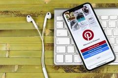 Εικονίδιο εφαρμογής Pinterest στο iPhone Χ της Apple οθόνη smartphone App Pinterest εικονίδιο Το Pinterest είναι το δημοφιλές κοι Στοκ εικόνα με δικαίωμα ελεύθερης χρήσης