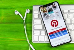 Εικονίδιο εφαρμογής Pinterest στο iPhone Χ της Apple οθόνη smartphone App Pinterest εικονίδιο Το Pinterest είναι το δημοφιλές κοι Στοκ Εικόνες
