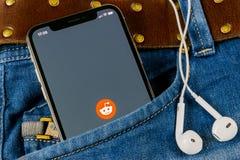 Εικονίδιο εφαρμογής Reddit στο iPhone Χ της Apple κινηματογράφηση σε πρώτο πλάνο οθόνης smartphone στην τσέπη τζιν App Reddit εικ Στοκ φωτογραφία με δικαίωμα ελεύθερης χρήσης