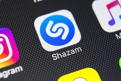 Εικονίδιο εφαρμογής Shazam στο iPhone Χ της Apple κινηματογράφηση σε πρώτο πλάνο οθόνης App Shazam εικονίδιο Το Shazam είναι δημο Στοκ Φωτογραφία