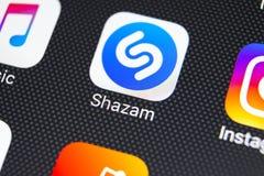 Εικονίδιο εφαρμογής Shazam στο iPhone Χ της Apple κινηματογράφηση σε πρώτο πλάνο οθόνης App Shazam εικονίδιο Το Shazam είναι δημο Στοκ Εικόνες