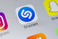 Εικονίδιο εφαρμογής Shazam στο iPhone Χ της Apple κινηματογράφηση σε πρώτο πλάνο οθόνης App Shazam εικονίδιο Το Shazam είναι δημο Στοκ Εικόνα