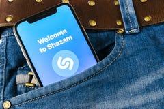 Εικονίδιο εφαρμογής Shazam στο iPhone Χ της Apple κινηματογράφηση σε πρώτο πλάνο οθόνης στην τσέπη τζιν App Shazam εικονίδιο Το S Στοκ φωτογραφία με δικαίωμα ελεύθερης χρήσης