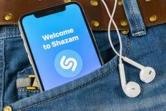 Εικονίδιο εφαρμογής Shazam στο iPhone Χ της Apple κινηματογράφηση σε πρώτο πλάνο οθόνης στην τσέπη τζιν App Shazam εικονίδιο Το S Στοκ εικόνες με δικαίωμα ελεύθερης χρήσης