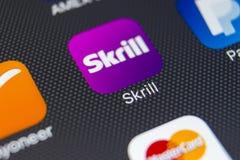 Εικονίδιο εφαρμογής Skrill στο iPhone 8 της Apple κινηματογράφηση σε πρώτο πλάνο οθόνης smartphone App Skrill εικονίδιο Το Skrill Στοκ Φωτογραφία