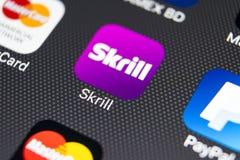 Εικονίδιο εφαρμογής Skrill στο iPhone 8 της Apple κινηματογράφηση σε πρώτο πλάνο οθόνης smartphone App Skrill εικονίδιο Το Skrill Στοκ φωτογραφία με δικαίωμα ελεύθερης χρήσης