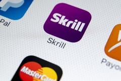 Εικονίδιο εφαρμογής Skrill στο iPhone Χ της Apple κινηματογράφηση σε πρώτο πλάνο οθόνης smartphone App Skrill εικονίδιο Το Skrill Στοκ εικόνες με δικαίωμα ελεύθερης χρήσης