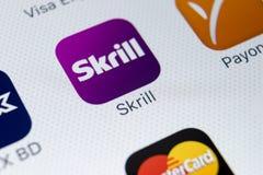 Εικονίδιο εφαρμογής Skrill στο iPhone Χ της Apple κινηματογράφηση σε πρώτο πλάνο οθόνης smartphone App Skrill εικονίδιο Το Skrill Στοκ εικόνα με δικαίωμα ελεύθερης χρήσης