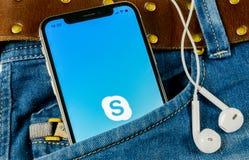 Εικονίδιο εφαρμογής Skype στο iPhone Χ της Apple οθόνη smartphone στην τσέπη τζιν App αγγελιοφόρων Skype εικονίδιο Κοινωνικό εικο Στοκ εικόνα με δικαίωμα ελεύθερης χρήσης