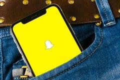 Εικονίδιο εφαρμογής Snapchat στο iPhone Χ της Apple κινηματογράφηση σε πρώτο πλάνο οθόνης smartphone στην τσέπη τζιν App Snapchat Στοκ φωτογραφία με δικαίωμα ελεύθερης χρήσης