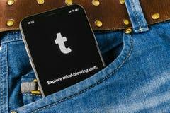 Εικονίδιο εφαρμογής Tumblr στο iPhone Χ της Apple κινηματογράφηση σε πρώτο πλάνο οθόνης smartphone στην τσέπη τζιν Tumblr συν app Στοκ φωτογραφία με δικαίωμα ελεύθερης χρήσης
