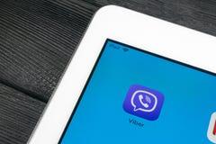 Εικονίδιο εφαρμογής Viber κινηματογράφηση σε πρώτο πλάνο οθόνης smartphone της Apple iPad στην υπέρ App Viber εικονίδιο Κοινωνικό Στοκ εικόνες με δικαίωμα ελεύθερης χρήσης