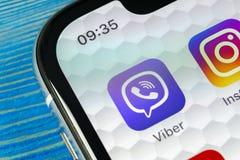 Εικονίδιο εφαρμογής Viber στο iPhone Χ της Apple κινηματογράφηση σε πρώτο πλάνο οθόνης smartphone App Viber εικονίδιο Κοινωνικό ε Στοκ Φωτογραφία