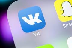 Εικονίδιο εφαρμογής Vkontakte στο iPhone Χ της Apple κινηματογράφηση σε πρώτο πλάνο οθόνης VK app εικονίδιο Κινητή εφαρμογή Vkont Στοκ Εικόνες