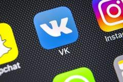 Εικονίδιο εφαρμογής Vkontakte στο iPhone Χ της Apple κινηματογράφηση σε πρώτο πλάνο οθόνης VK app εικονίδιο Κινητή εφαρμογή Vkont Στοκ Φωτογραφία
