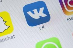 Εικονίδιο εφαρμογής Vkontakte στο iPhone Χ της Apple κινηματογράφηση σε πρώτο πλάνο οθόνης VK app εικονίδιο Κινητή εφαρμογή Vkont Στοκ φωτογραφίες με δικαίωμα ελεύθερης χρήσης