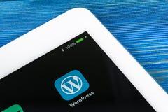 Εικονίδιο εφαρμογής Wordpress κινηματογράφηση σε πρώτο πλάνο οθόνης της Apple iPad στην υπέρ στην τσέπη τζιν App Wordpress εικονί Στοκ Φωτογραφίες