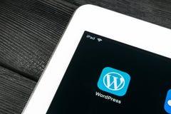 Εικονίδιο εφαρμογής Wordpress κινηματογράφηση σε πρώτο πλάνο οθόνης της Apple iPad στην υπέρ στην τσέπη τζιν App Wordpress εικονί Στοκ φωτογραφίες με δικαίωμα ελεύθερης χρήσης