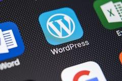 Εικονίδιο εφαρμογής Wordpress στο iPhone Χ της Apple κινηματογράφηση σε πρώτο πλάνο οθόνης App Wordpress εικονίδιο wordpress εφαρ Στοκ Εικόνα